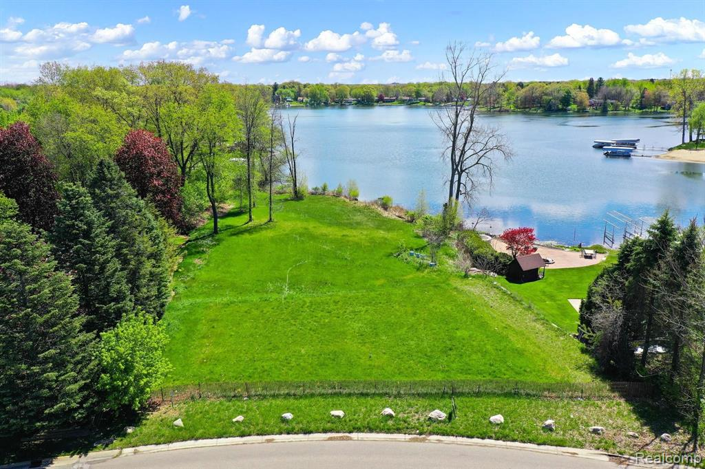 3098 VERO DR Drive Property Photo - Highland Twp, MI real estate listing